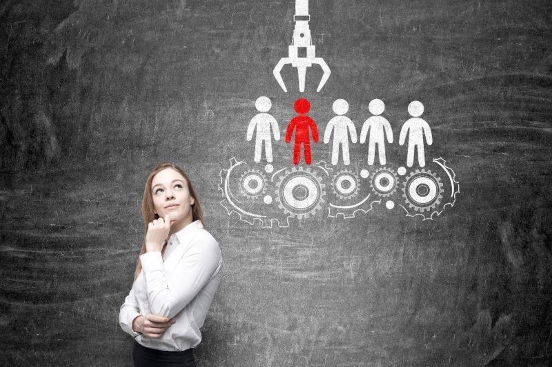 mujer pensando en la gestión de talento