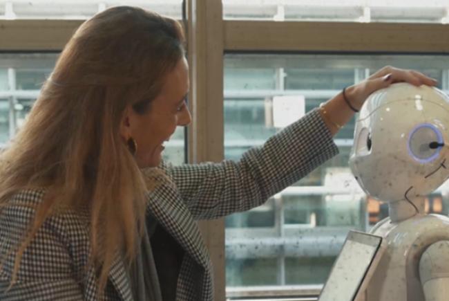 Sofía con el robot