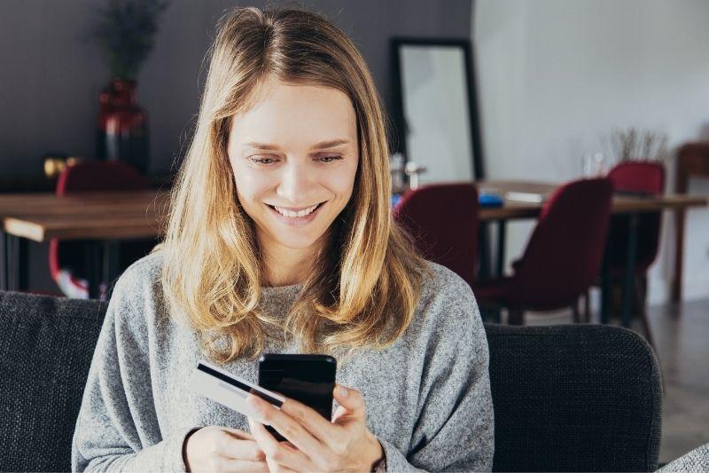 Chica con móvil y tarjeta de crédito